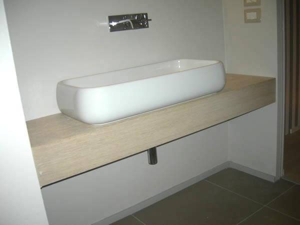 Lampadario decentrato sul tavolo - Top bagno su misura ...