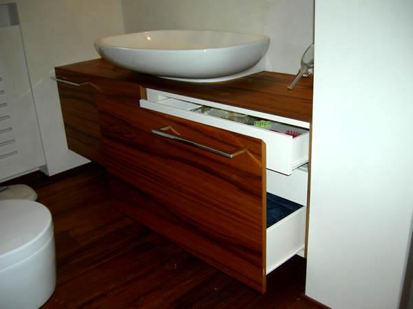 mobile bagno in teak con frontali quartabonati